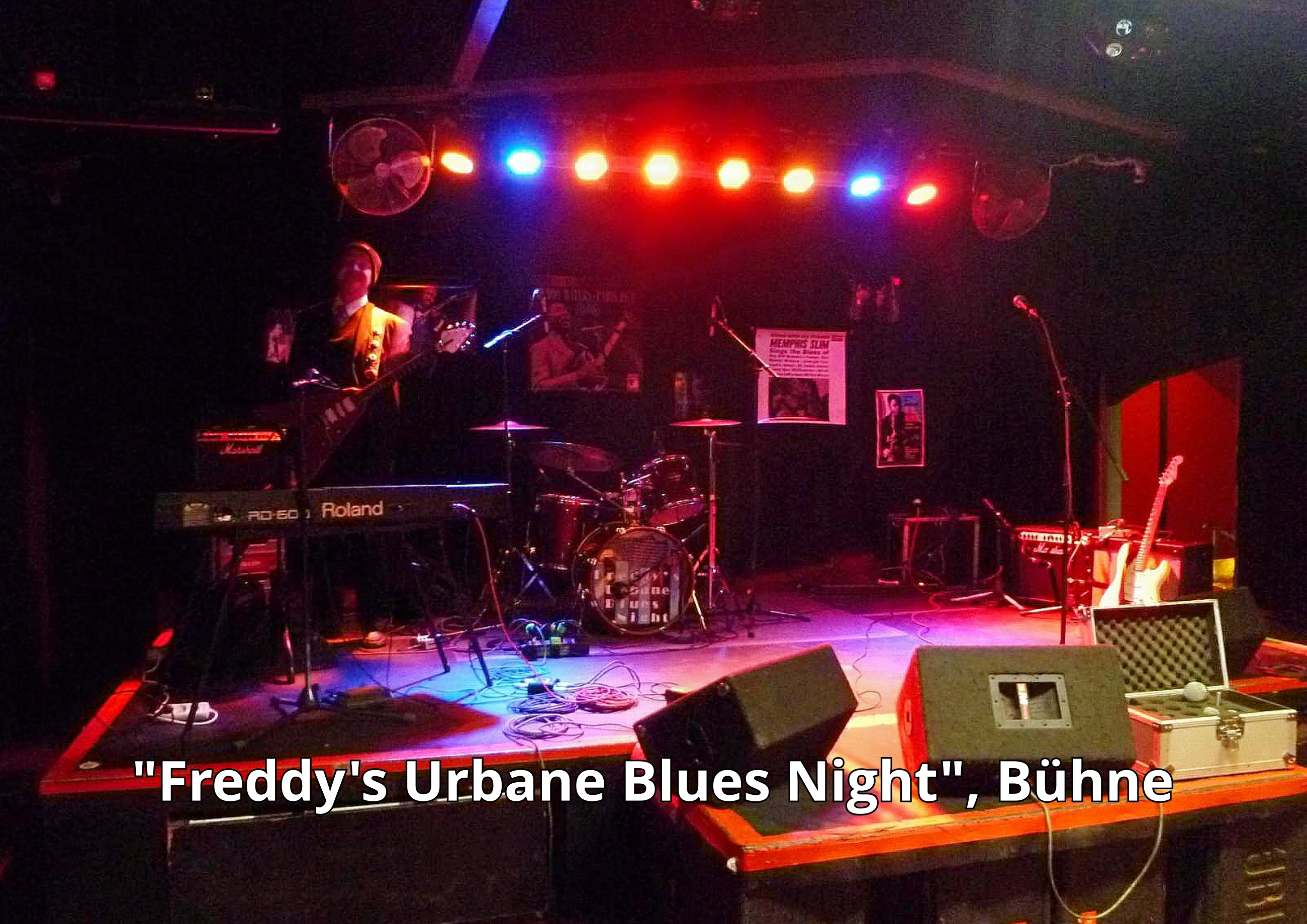 """Freddy's Urbane Blues Night"" - Die Bühne im ""Indra"" (Dekoration & Backline), links Co-Organisator Frank Gärtner"